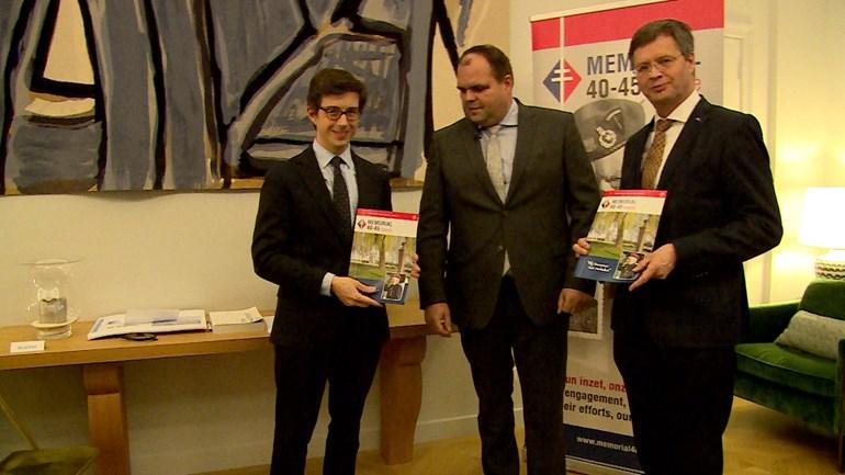 De-Franse-ambassadeur-in-Nederland-Luis-Vassy-met-Andries-Looijen-van-het-oorlogsmuseum-Vitality-in-Kapelle-en-voormalig-minister-president-Jan-Peter-Balkenende-foto-Omroep-Zeeland